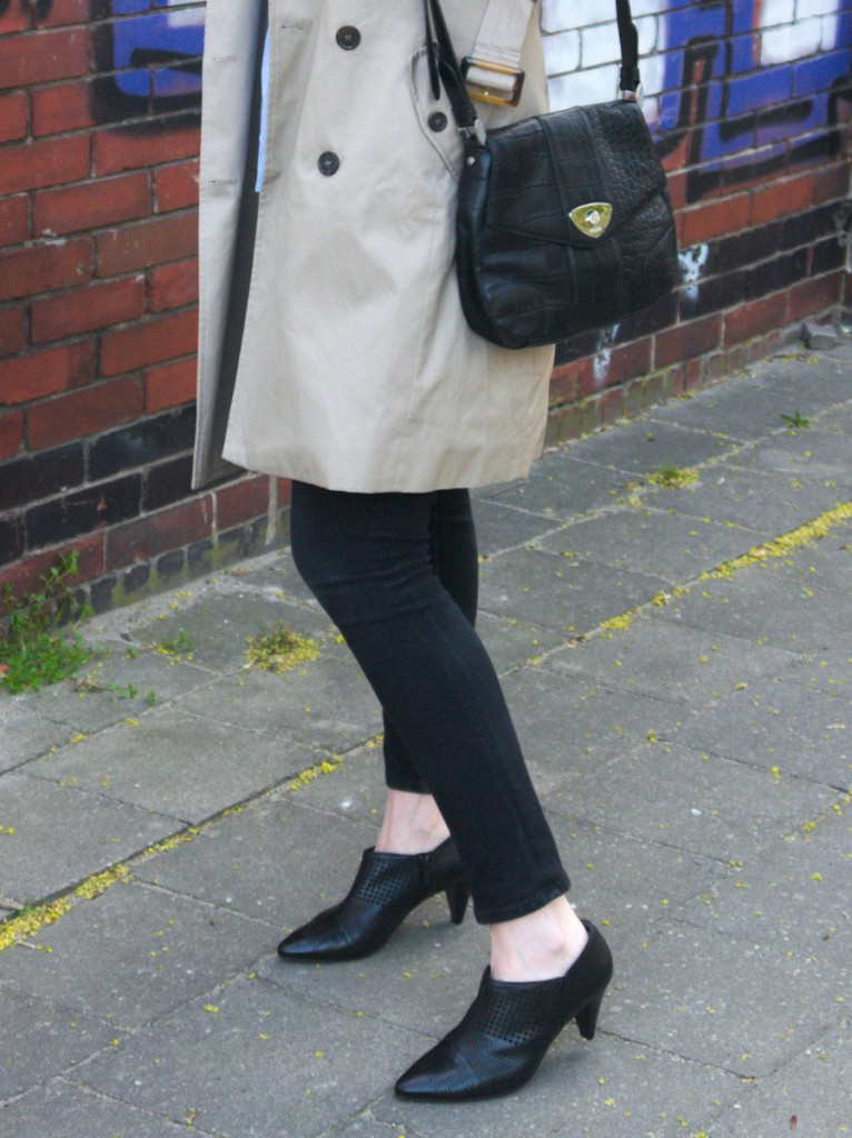 Kiomi trenchcoat and shirt with joop shoulder bag and hoegl ankle boots 3