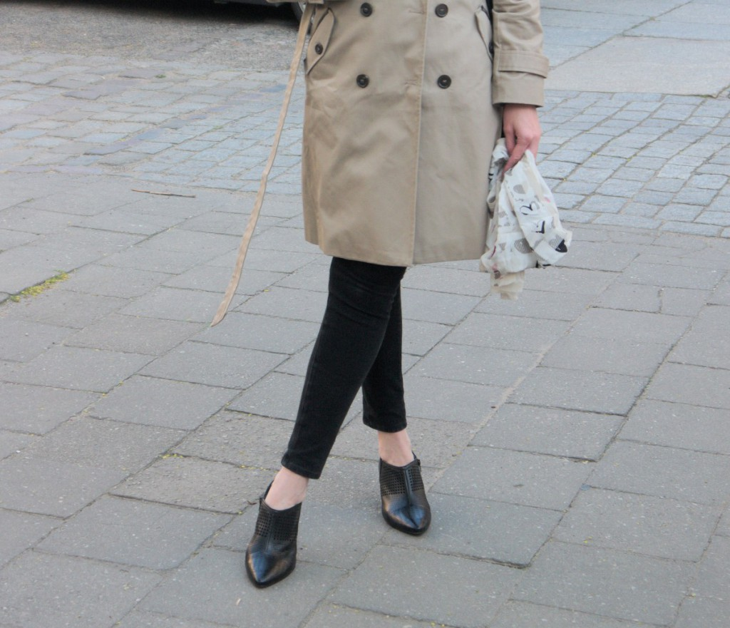 Kiomi trenchcoat and shirt with joop shoulder bag