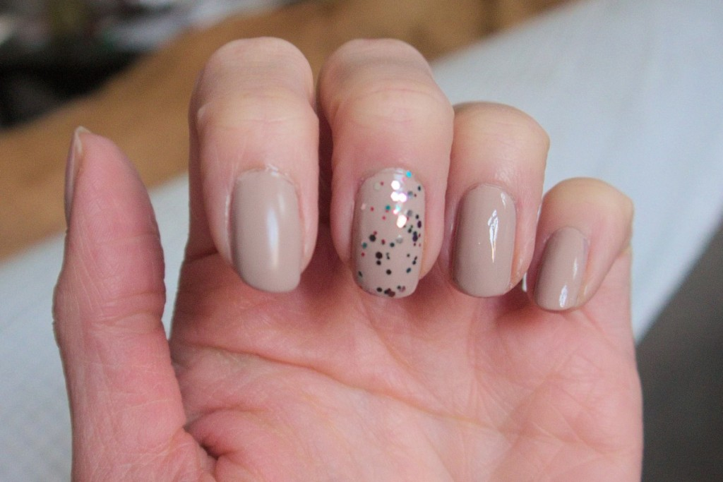 trend IT UP nail polish touch of vintage 030 beige and Essie jazzy jubilant