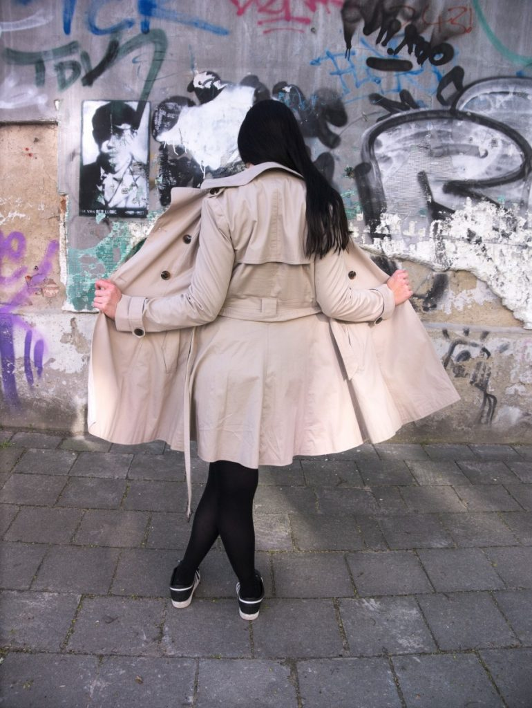 Trenchcoat, sneakers and streetart