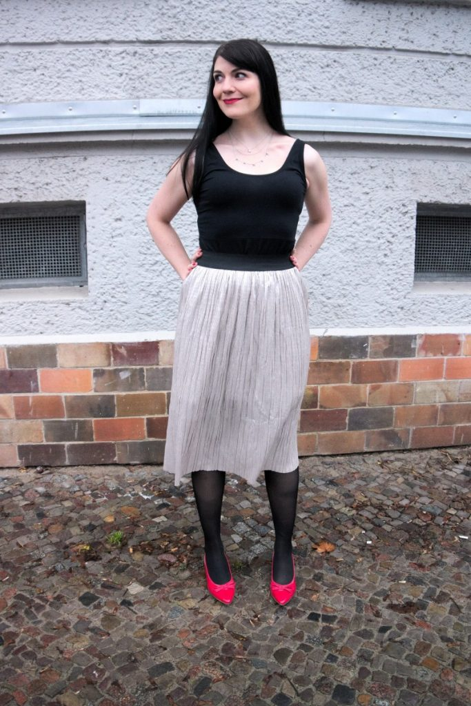 metallic pleated skirt and red kitten heels outfit